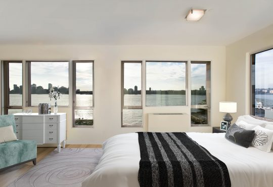 Interior gallery - 1 of 6 - Spacious bedroom with river views at 110 Horiatio