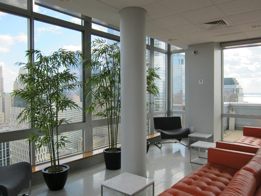 Amenities gallery - 5 of 6 - Large windows in Tribeca point lounge